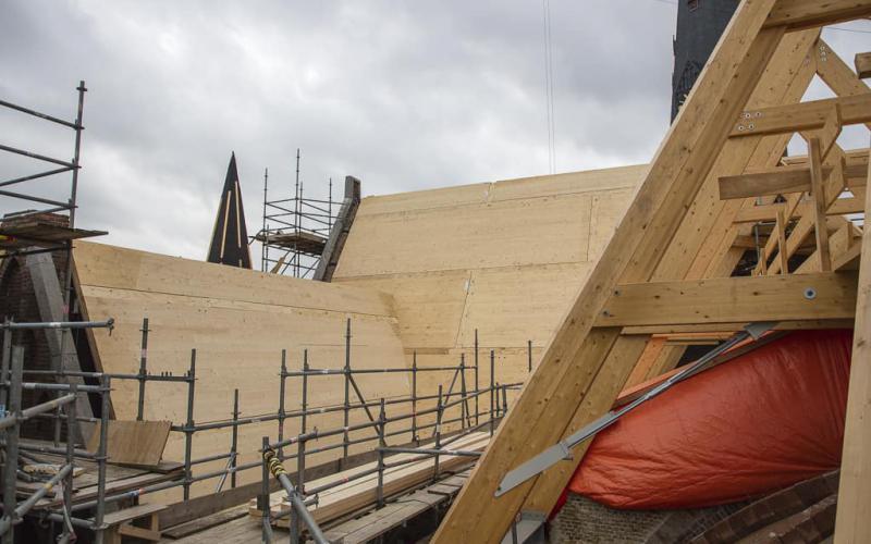 Het herstel van het dak van de Urbanuskerk is in  volle gang. | Beeld: website Sint Urbanuskerk
