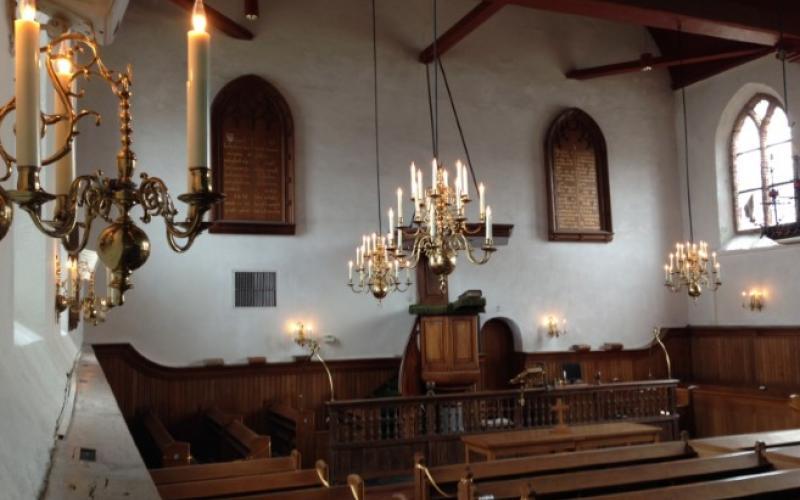 Geëlektrificeerde kroonluchters voor de Dorpskerk in Wijk aan Zee