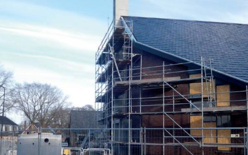 Het kerkgebouw van de Gereformeerde Gemeente Beekbergen in aanbouw.
