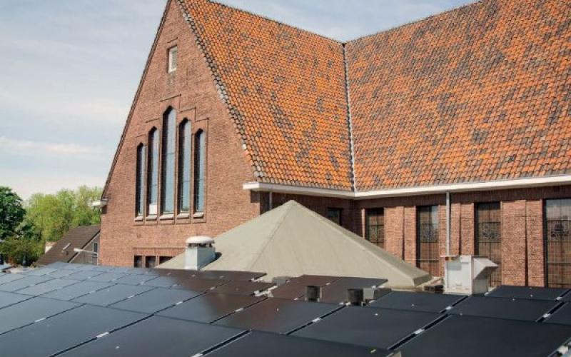 Zonnepanelen op het dak van een Groene Kerk