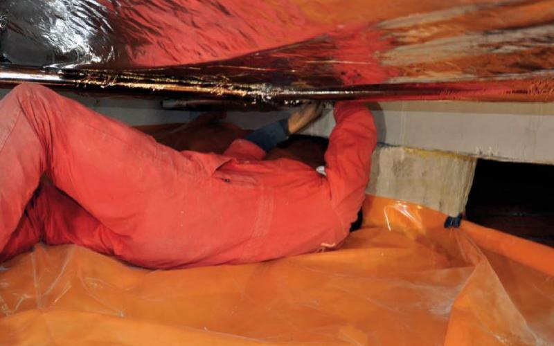 Thermokussens worden aangebracht onder de vloer van een kerkgebouw.
