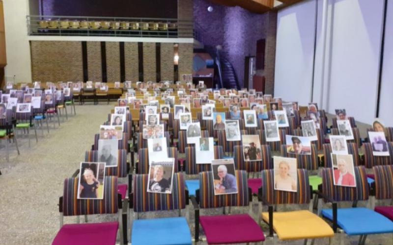 Tijdens de eerste lockdown waren gemeenteleden in de kerk aanwezig met hun foto. | Beeld: website PG Biddinghuizen
