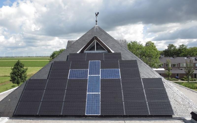 Zonnepanelen op het dak van een kerkgebouw