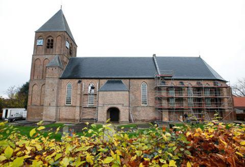De buitenmuur van de Hervormde Catharinakerk in IJzendoorn is gerestaureerd.