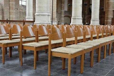 Nieuwe stoelen in stijl voor Grote of Maria Magdalenakerk in Goes, geleverd door Hoekman Yerseke.