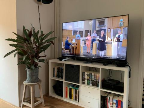Een kerkdienst op televisie tijdens de coronacrisis. | Copyright Kerkmagazine