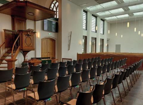 De nieuwe stoelen die Offex Kerkinrichting leverde aan de Dorpskerk in Meerkerk.