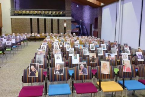 Tijdens de eerste lockdown waren gemeenteleden in de kerk aanwezig met hun foto.   Beeld: website PG Biddinghuizen